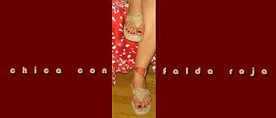 Chica con falda roja